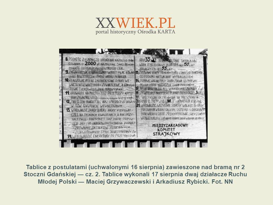 Tablice z postulatami (uchwalonymi 16 sierpnia) zawieszone nad bramą nr 2 Stoczni Gdańskiej cz. 2. Tablice wykonali 17 sierpnia dwaj działacze Ruchu M