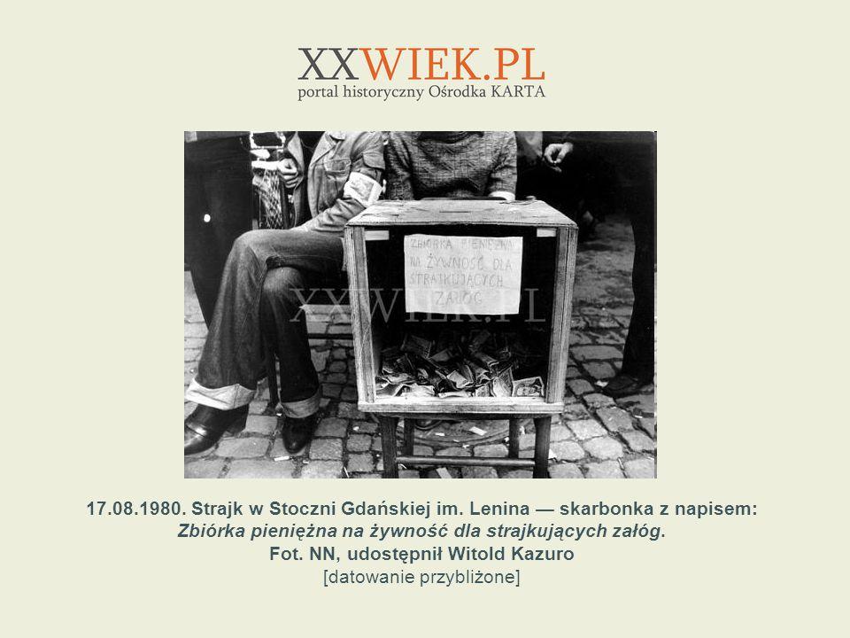 22.08.1980.Przechodnie pod ogrodzeniem strajkującej Stoczni Gdańskiej.