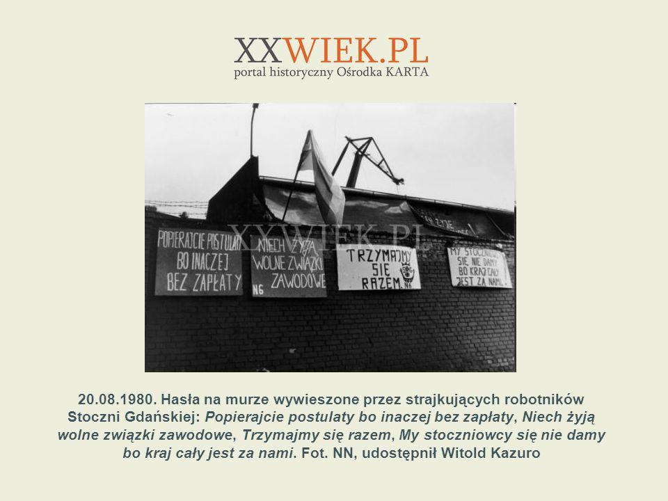 20.08.1980. Hasła na murze wywieszone przez strajkujących robotników Stoczni Gdańskiej: Popierajcie postulaty bo inaczej bez zapłaty, Niech żyją wolne