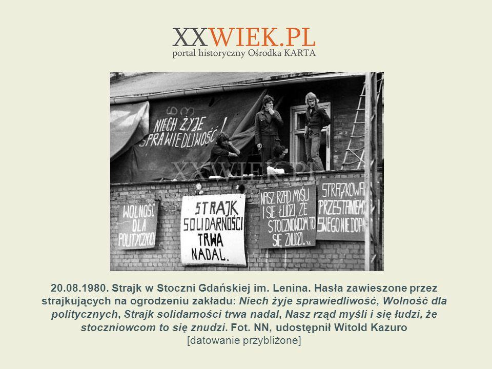 20.08.1980. Strajk w Stoczni Gdańskiej im. Lenina. Hasła zawieszone przez strajkujących na ogrodzeniu zakładu: Niech żyje sprawiedliwość, Wolność dla