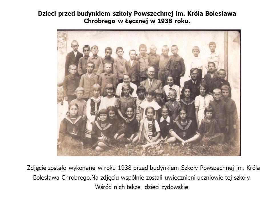 Dzieci przed budynkiem szkoły Powszechnej im. Króla Bolesława Chrobrego w Łęcznej w 1938 roku. Zdjęcie zostało wykonane w roku 1938 przed budynkiem Sz