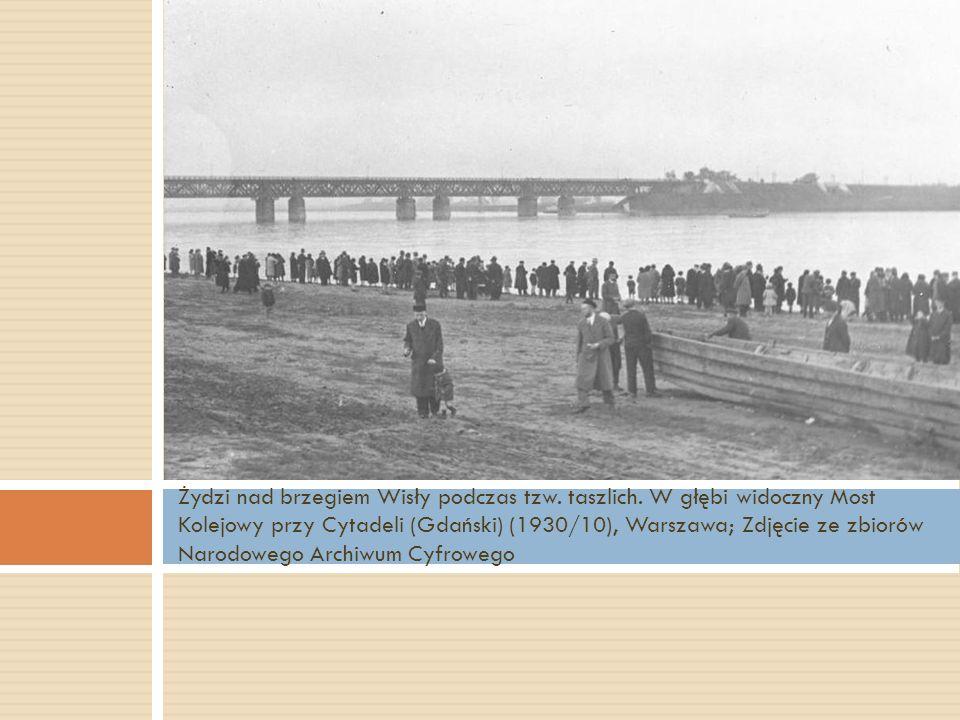 Żydzi nad brzegiem Wisły podczas tzw. taszlich. W głębi widoczny Most Kolejowy przy Cytadeli (Gdański) (1930/10), Warszawa; Zdjęcie ze zbiorów Narodow
