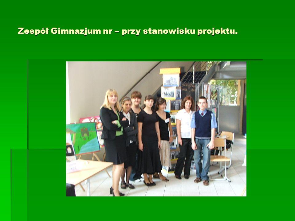 Zespół Gimnazjum nr – przy stanowisku projektu.