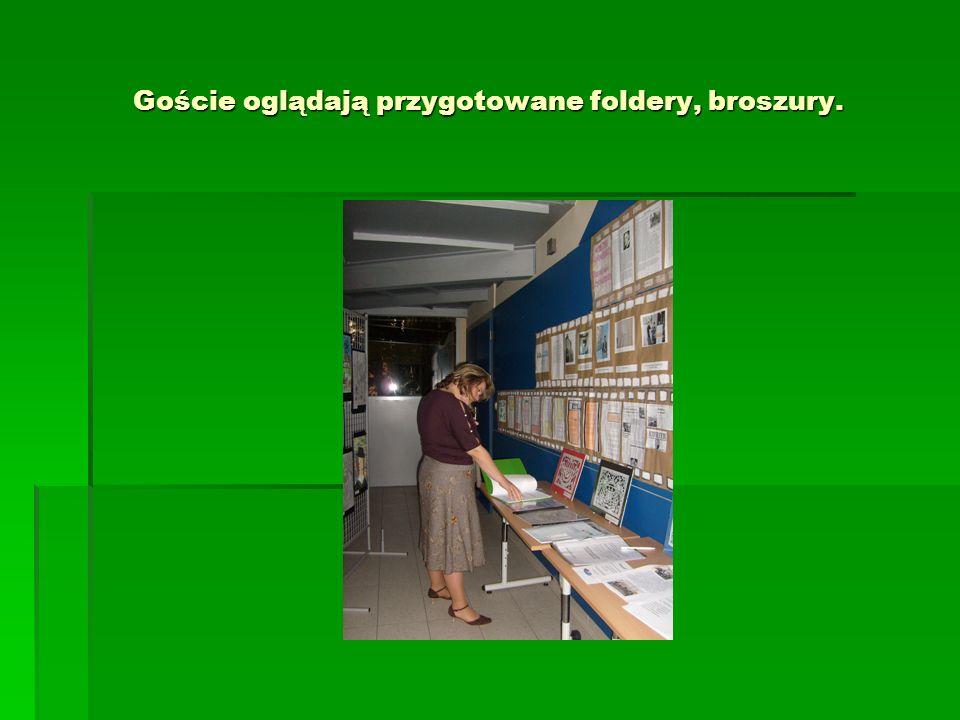 Goście oglądają przygotowane foldery, broszury.