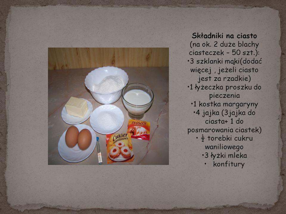 Składniki na ciasto (na ok. 2 duże blachy ciasteczek – 50 szt.): 3 szklanki mąki(dodać więcej, jeżeli ciasto jest za rzadkie) 1 łyżeczka proszku do pi