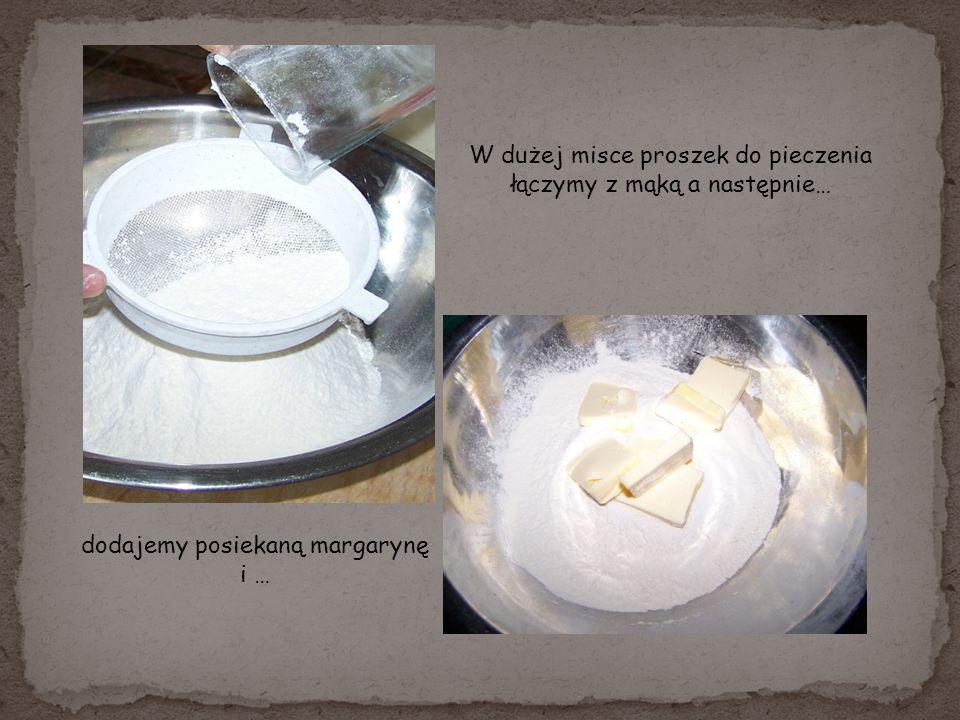 W dużej misce proszek do pieczenia łączymy z mąką a następnie… dodajemy posiekaną margarynę i …