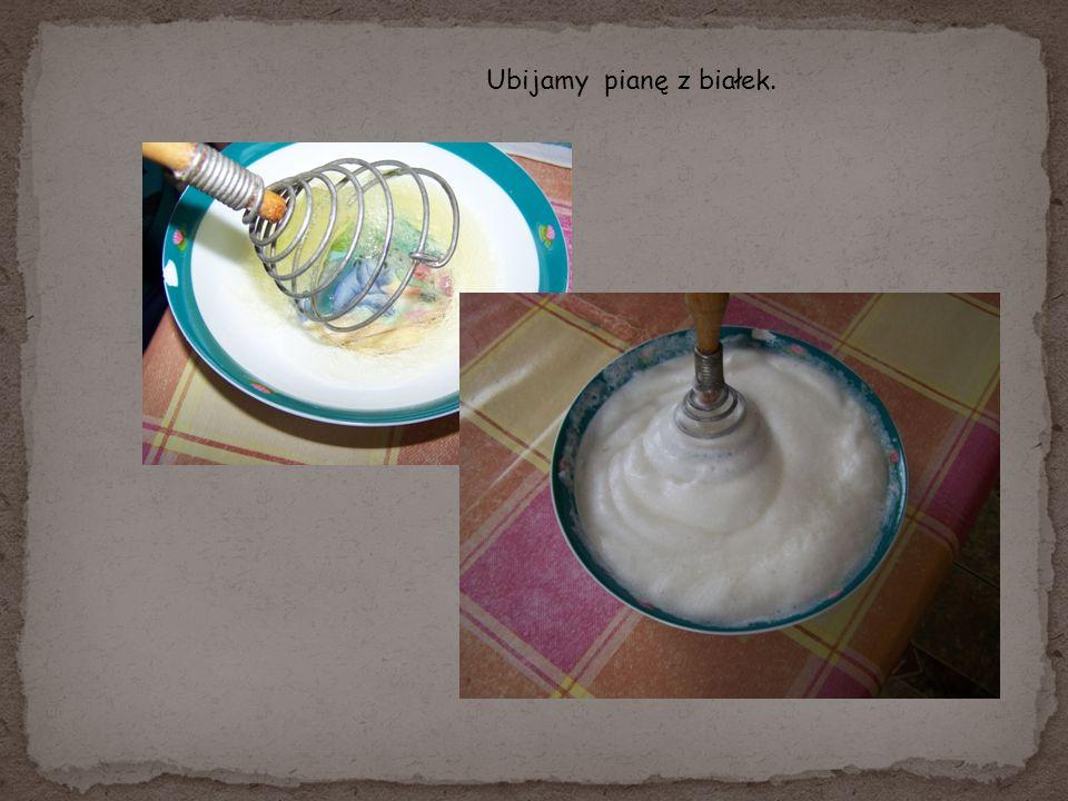 Dodajemy mleko, żółtka utarte z cukrem, ubitą pianę i wszystkie składniki dokładnie mieszamy.
