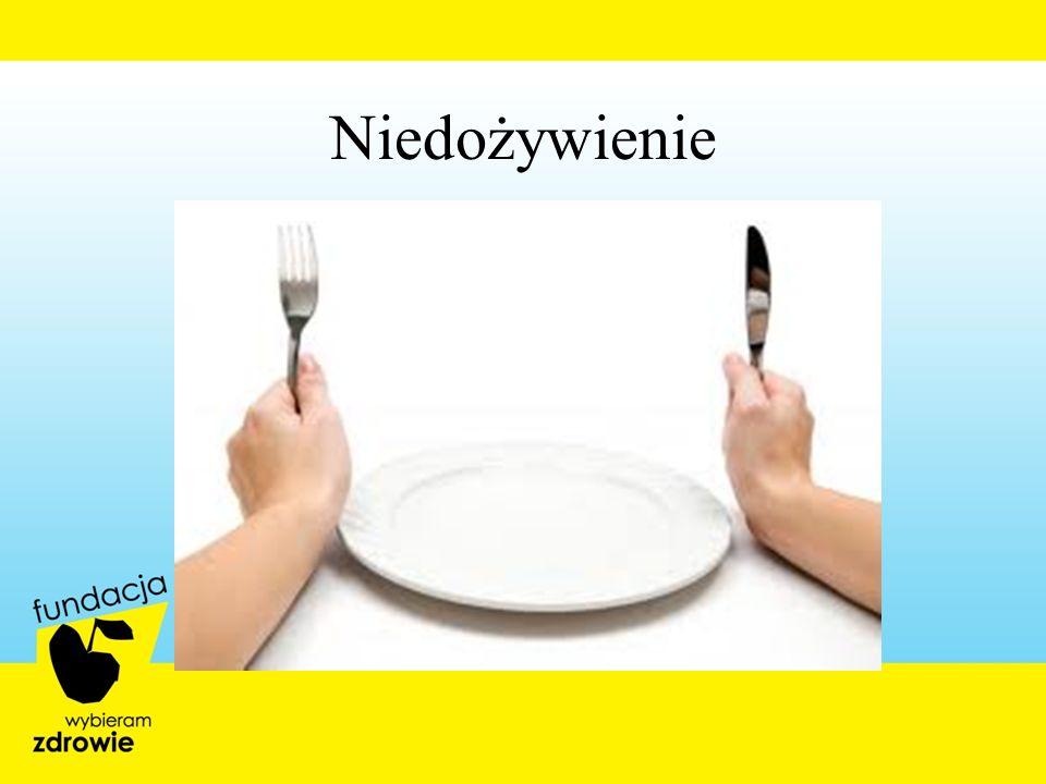 Wskazania do żywienia doustnego podczas terapii antyrakowej ProblemDietaSuplementy i pomoceProdukty niedozwolone Zmniejszone wydzielanie śliny Dieta zwyczajowa z dużą zawartością wody( wywary, sosy, kurczak, ryby, melony, warzywa z sosami, napoje przy posiłkach, produkty zawierające kwas cytrynowy, sherbet) Sztuczna ślina, czynniki stymulujące wydzielanie śliny (landrynki cytrusowe), częste stosowanie roztworów solnych do płukania jamy ustnej Suche produkty piekarnicze, mięso, krakersy, banany, gorące posiłki, alkohol Trudności z połykaniemDieta zwyczajowa mocno przyprawiona, nacisk na aromat i konsystencję Suplementy z wyraźnymi cechami sensorycznymi, częste stosowanie roztworów solnych do płukania jamy ustnej Produkty bez żadnych dodatków,mięso bez dodatków, produkty niesolone