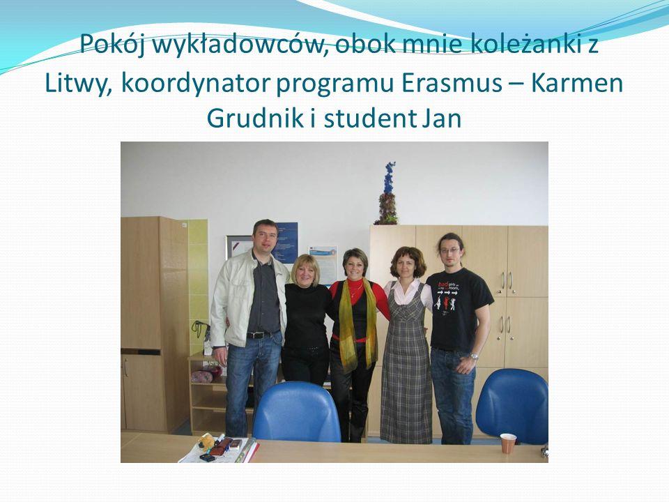 Pokój wykładowców, obok mnie koleżanki z Litwy, koordynator programu Erasmus – Karmen Grudnik i student Jan