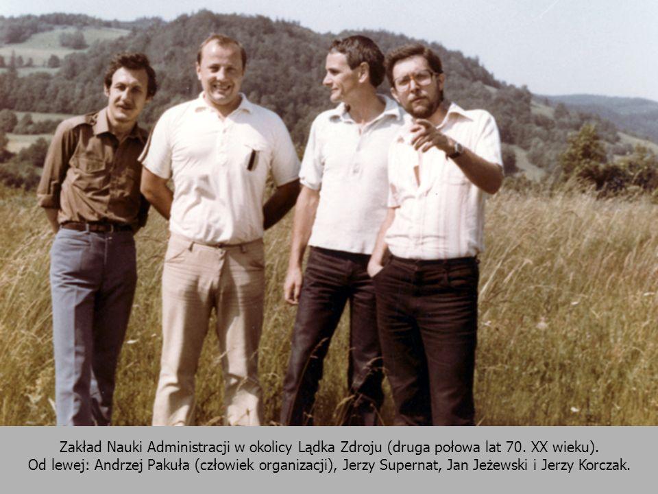 Zakład Nauki Administracji w okolicy Lądka Zdroju (druga połowa lat 70. XX wieku). Od lewej: Andrzej Pakuła (człowiek organizacji), Jerzy Supernat, Ja