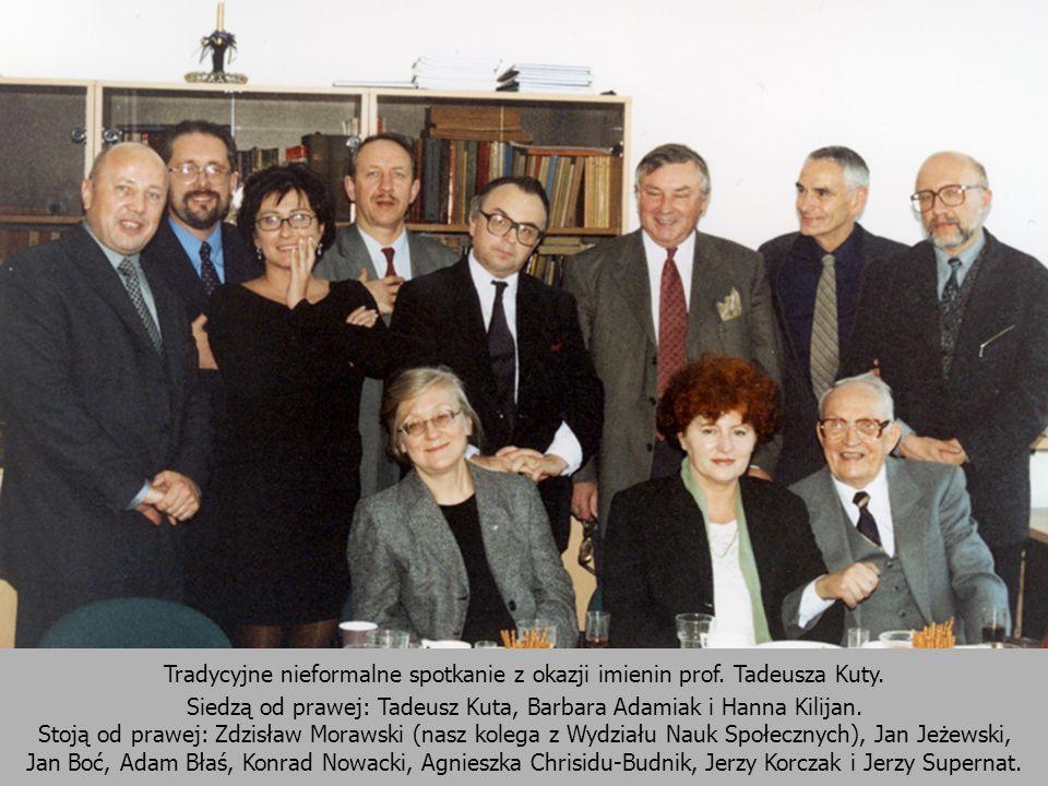 Tradycyjne nieformalne spotkanie z okazji imienin prof. Tadeusza Kuty. Siedzą od prawej: Tadeusz Kuta, Barbara Adamiak i Hanna Kilijan. Stoją od prawe