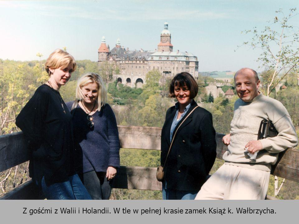 Z gośćmi z Walii i Holandii. W tle w pełnej krasie zamek Książ k. Wałbrzycha.