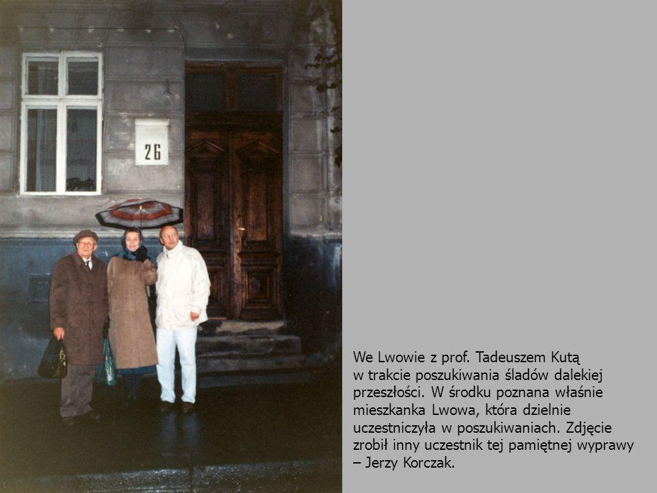 We Lwowie z prof. Tadeuszem Kutą w trakcie poszukiwania śladów dalekiej przeszłości. W środku poznana właśnie mieszkanka Lwowa, która dzielnie uczestn