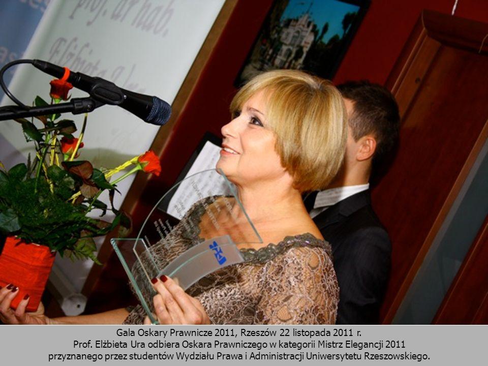 Gala Oskary Prawnicze 2011, Rzeszów 22 listopada 2011 r. Prof. Elżbieta Ura odbiera Oskara Prawniczego w kategorii Mistrz Elegancji 2011 przyznanego p