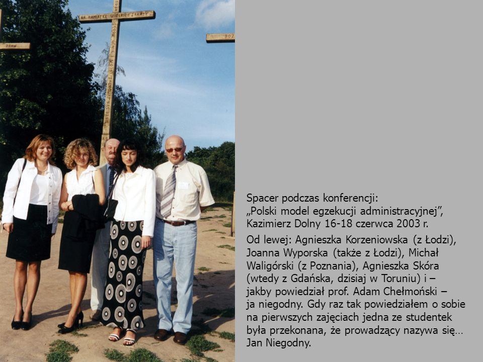 Spacer podczas konferencji: Polski model egzekucji administracyjnej, Kazimierz Dolny 16-18 czerwca 2003 r. Od lewej: Agnieszka Korzeniowska (z Łodzi),