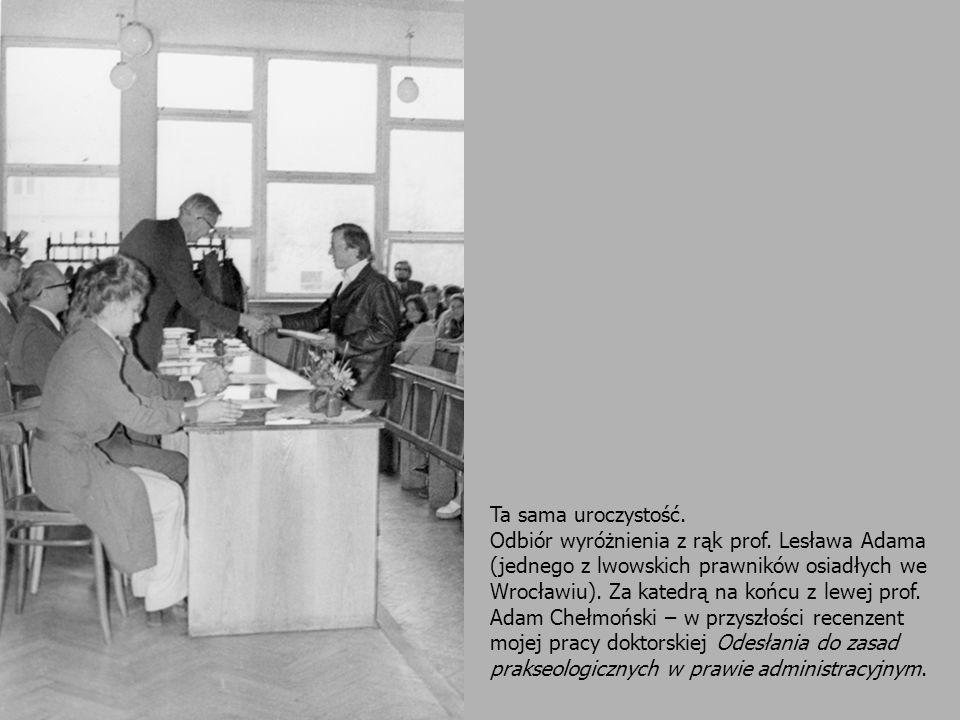 Ta sama uroczystość. Odbiór wyróżnienia z rąk prof. Lesława Adama (jednego z lwowskich prawników osiadłych we Wrocławiu). Za katedrą na końcu z lewej