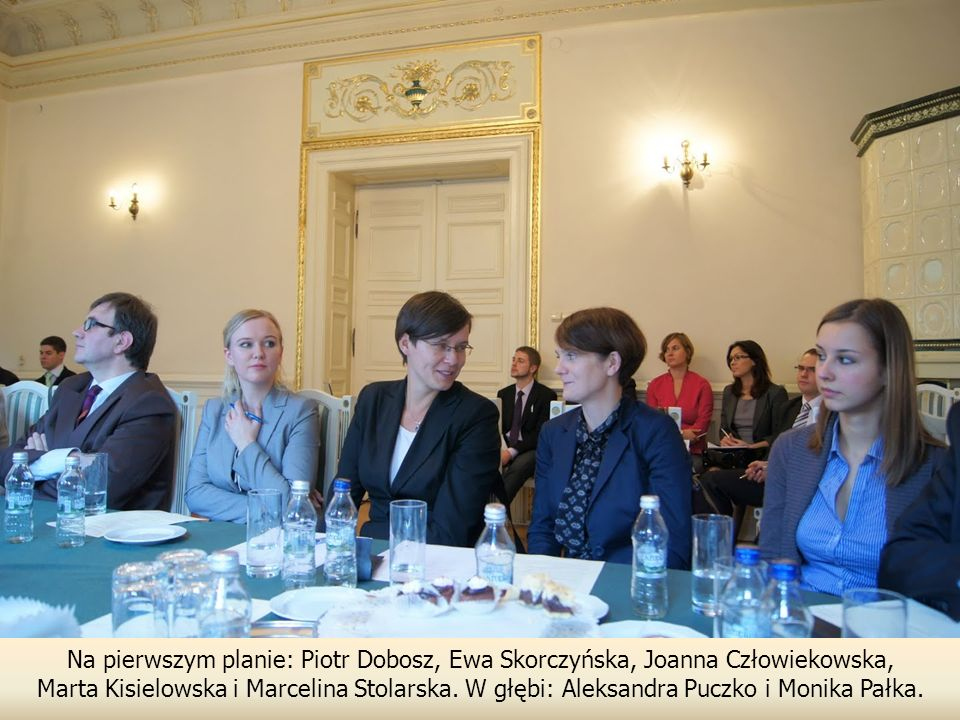 Na pierwszym planie: Piotr Dobosz, Ewa Skorczyńska, Joanna Człowiekowska, Marta Kisielowska i Marcelina Stolarska.