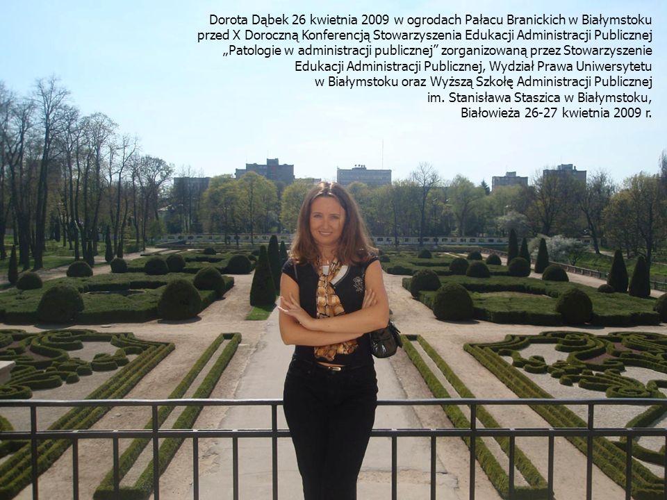 Dorota Dąbek 26 kwietnia 2009 w ogrodach Pałacu Branickich w Białymstoku przed X Doroczną Konferencją Stowarzyszenia Edukacji Administracji Publicznej Patologie w administracji publicznej zorganizowaną przez Stowarzyszenie Edukacji Administracji Publicznej, Wydział Prawa Uniwersytetu w Białymstoku oraz Wyższą Szkołę Administracji Publicznej im.