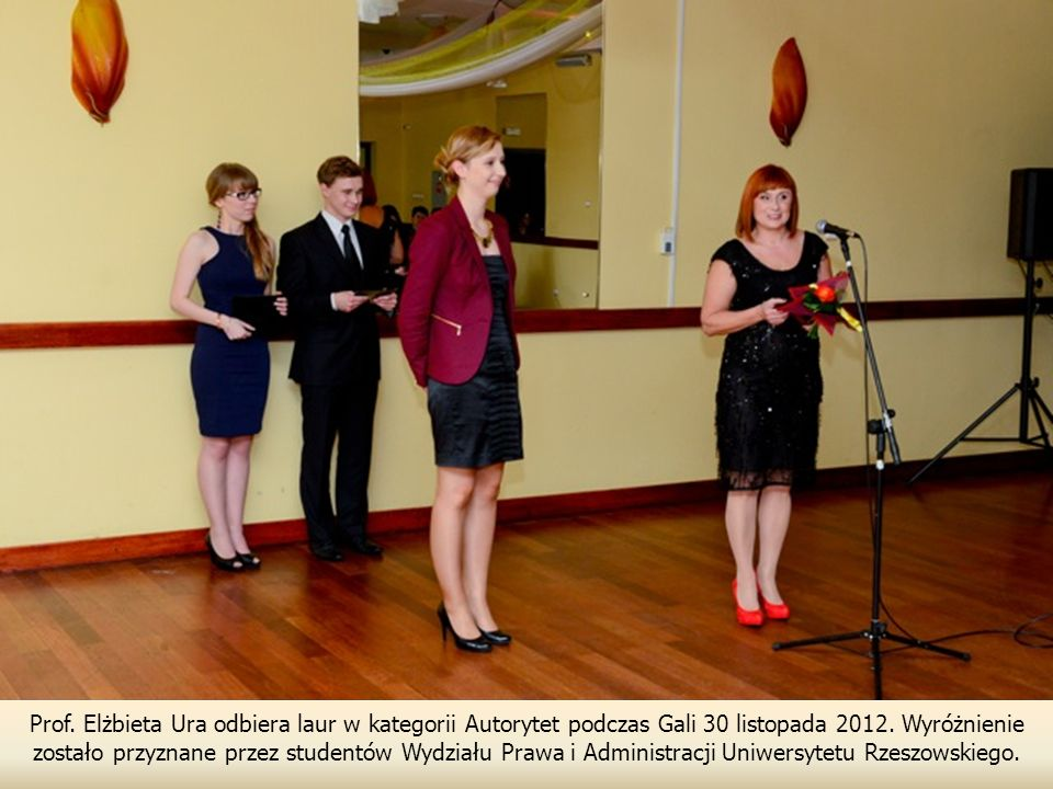 Prof.Elżbieta Ura odbiera laur w kategorii Autorytet podczas Gali 30 listopada 2012.