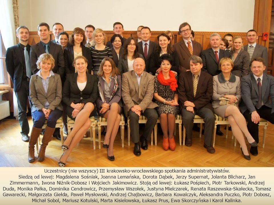 W imieniu Sądu Konkursowego na Wydziale Prawa, Administracji i Ekonomii wręczam nagrody laureatom konkursu na najlepsze prace magisterskie i licencjackie w trakcie uroczystości wręczenia dyplomów absolwentom Wydziału Prawa, Administracji i Ekonomii Uniwersytetu Wrocławskiego w grudniu 2010.