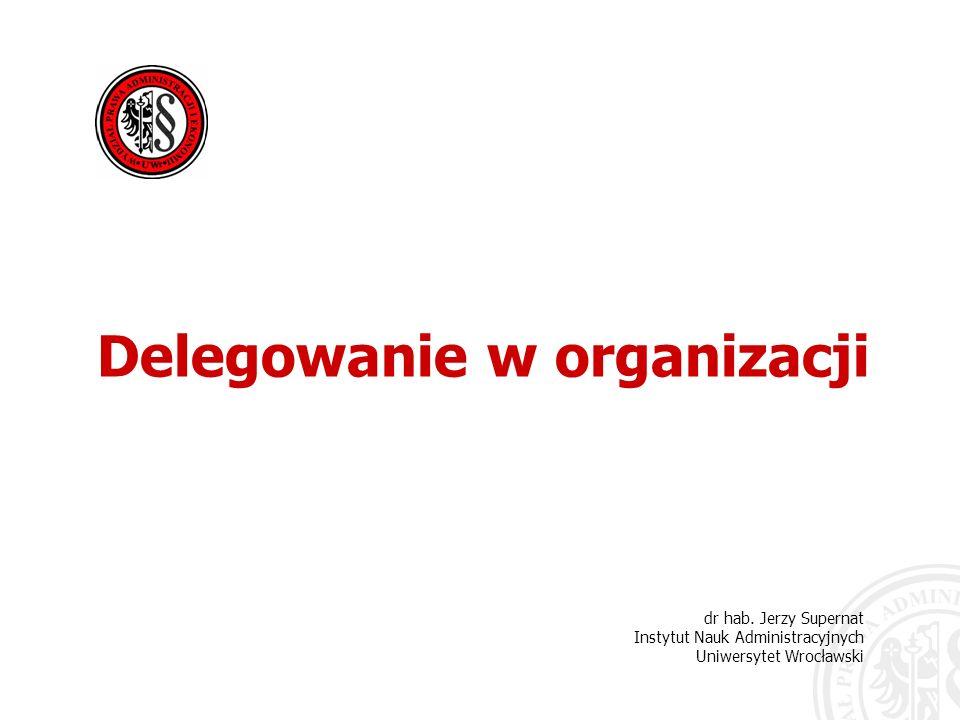 22 Delegowanie prowadzi do podwójnej odpowiedzialności: kierownik (organ administracji publicznej) pozostaje od- powiedzialny za spowodowanie wykonania zadania podwładny, któremu zostało delegowane zadanie i upra- wnienia, staje się odpowiedzialny przed kierownikiem za podjęcie odpowiedniego działania Delegowanie w organizacji dr hab.