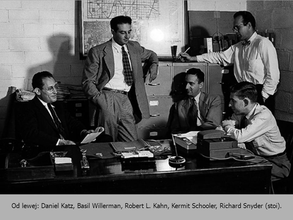 Od lewej: Daniel Katz, Basil Willerman, Robert L. Kahn, Kermit Schooler, Richard Snyder (stoi).