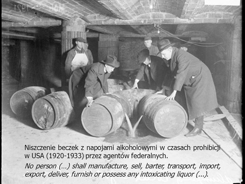 Niszczenie beczek z napojami alkoholowymi w czasach prohibicji w USA (1920-1933) przez agentów federalnych. No person (…) shall manufacture, sell, bar