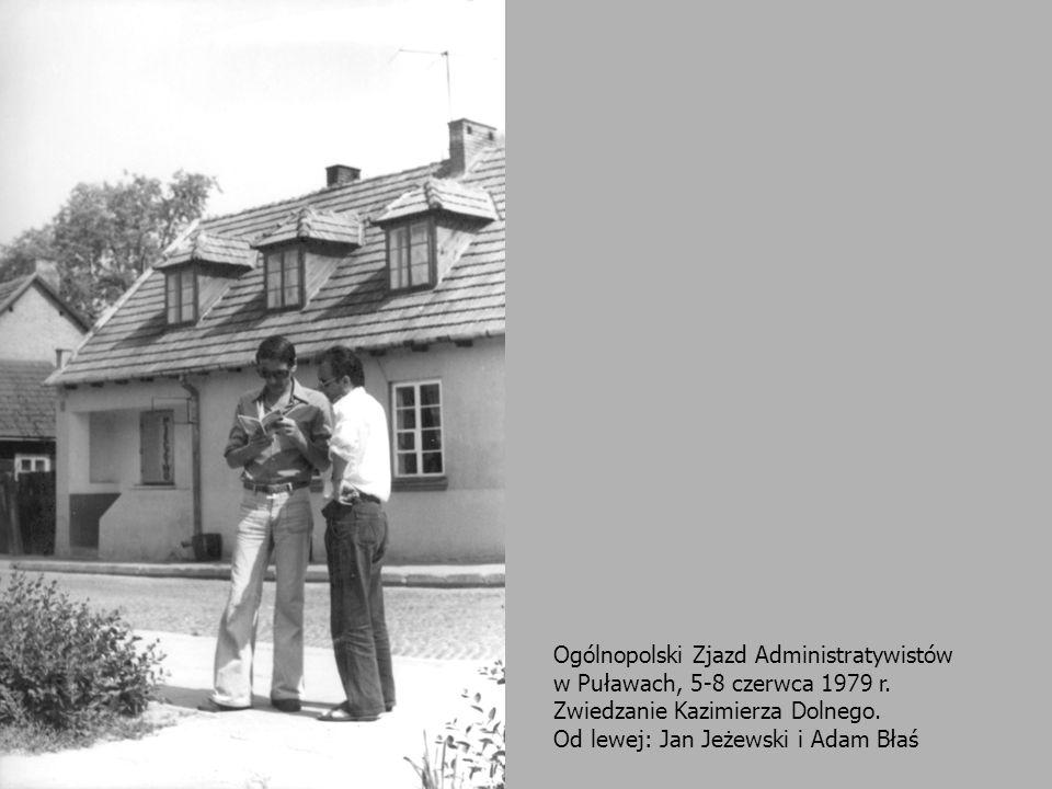 24 Ogólnopolski Zjazd Administratywistów w Puławach, 5-8 czerwca 1979 r. Zwiedzanie Kazimierza Dolnego. Od lewej: Jan Jeżewski i Adam Błaś