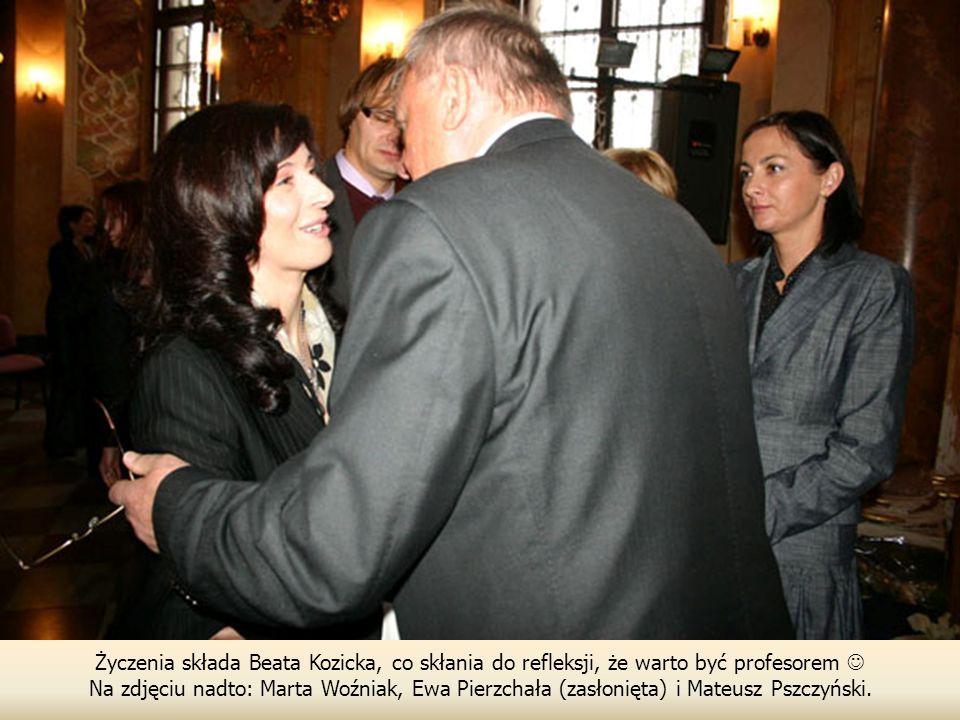 Życzenia składa Beata Kozicka, co skłania do refleksji, że warto być profesorem Na zdjęciu nadto: Marta Woźniak, Ewa Pierzchała (zasłonięta) i Mateusz Pszczyński.