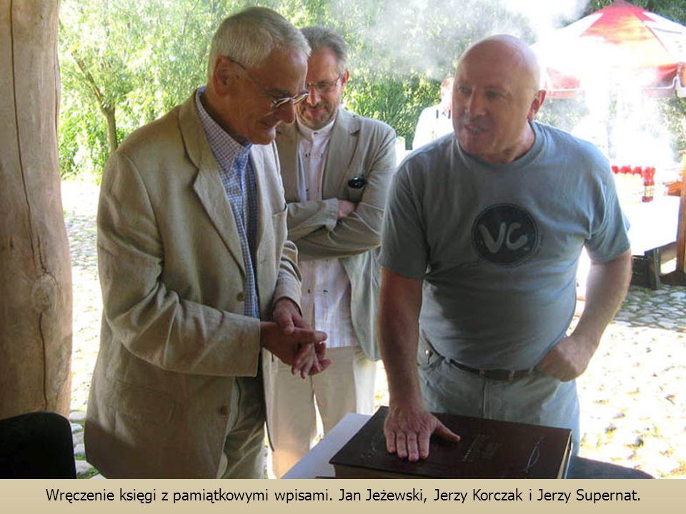 Wręczenie księgi z pamiątkowymi wpisami. Jan Jeżewski, Jerzy Korczak i Jerzy Supernat.