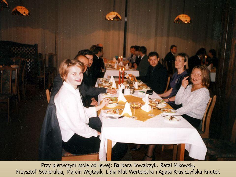Przy pierwszym stole od lewej: Barbara Kowalczyk, Rafał Mikowski, Krzysztof Sobieralski, Marcin Wojtasik, Lidia Klat-Wertelecka i Agata Krasiczyńska-Knuter.