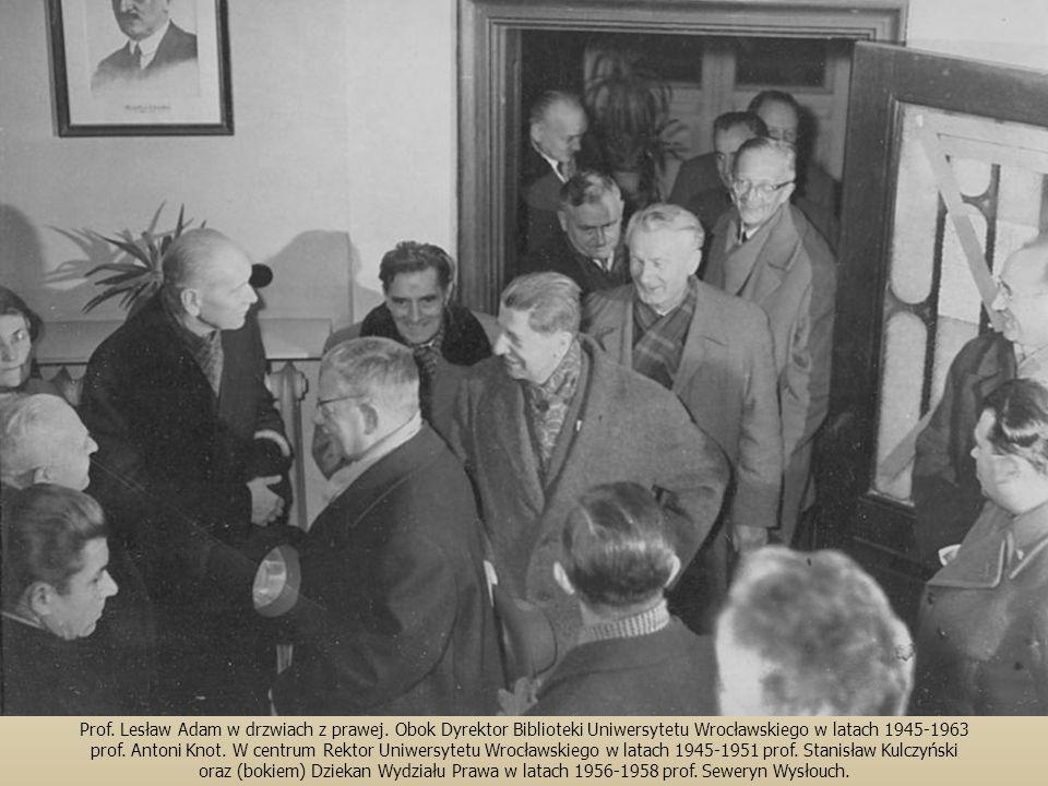 Prof.Lesław Adam w drzwiach z prawej.
