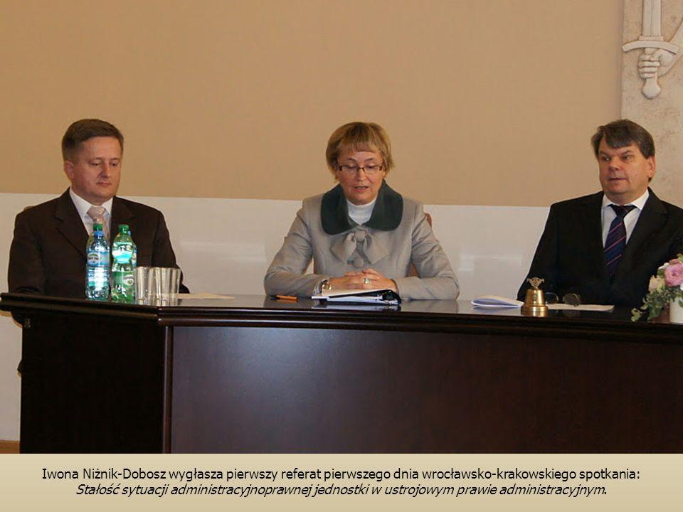 Iwona Niżnik-Dobosz wygłasza pierwszy referat pierwszego dnia wrocławsko-krakowskiego spotkania: Stałość sytuacji administracyjnoprawnej jednostki w ustrojowym prawie administracyjnym.