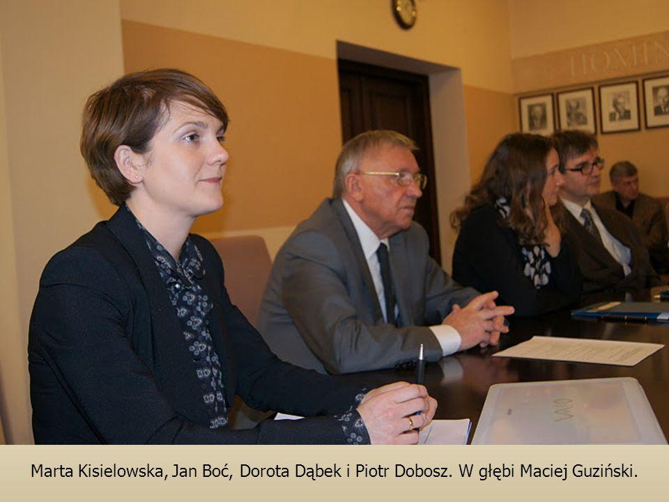 Marta Kisielowska, Jan Boć, Dorota Dąbek i Piotr Dobosz. W głębi Maciej Guziński.