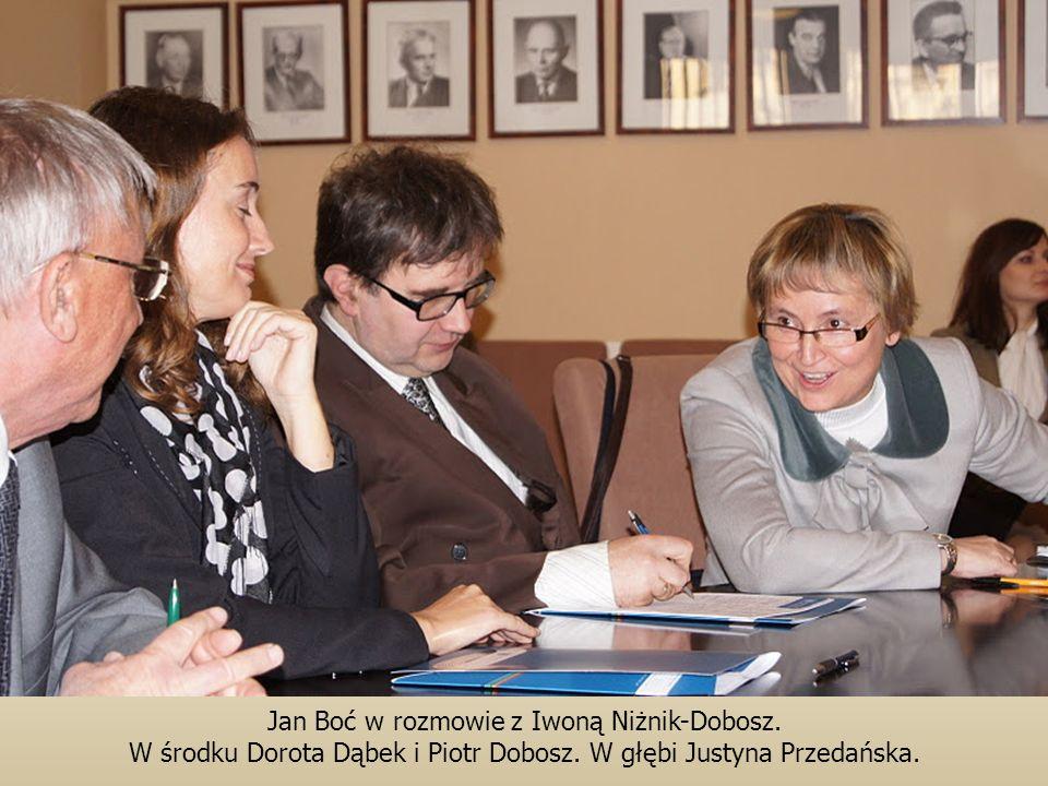 Jan Boć w rozmowie z Iwoną Niżnik-Dobosz.W środku Dorota Dąbek i Piotr Dobosz.