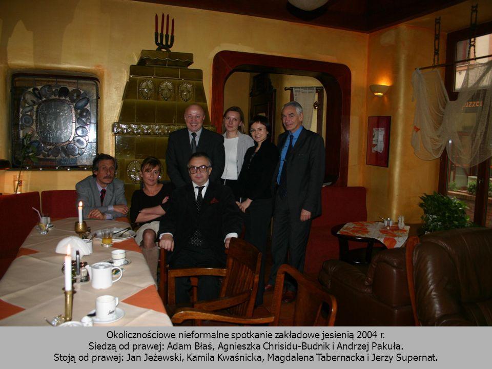 Okolicznościowe nieformalne spotkanie zakładowe jesienią 2004 r. Siedzą od prawej: Adam Błaś, Agnieszka Chrisidu-Budnik i Andrzej Pakuła. Stoją od pra