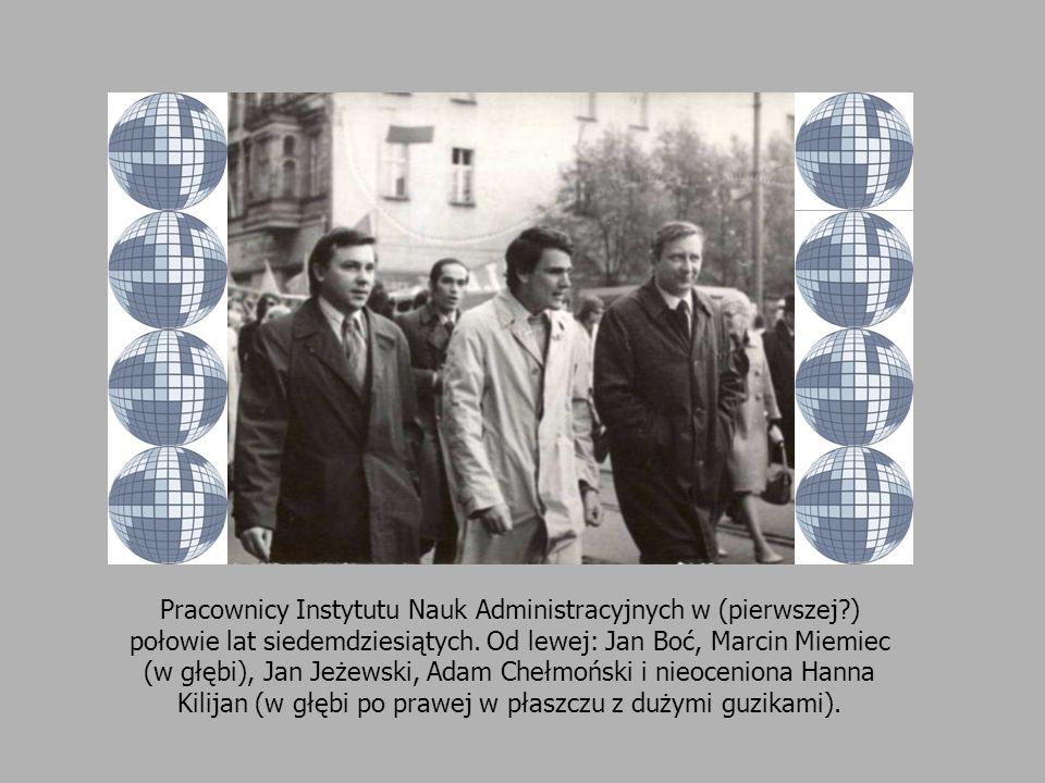 Pracownicy Instytutu Nauk Administracyjnych w (pierwszej?) połowie lat siedemdziesiątych. Od lewej: Jan Boć, Marcin Miemiec (w głębi), Jan Jeżewski, A
