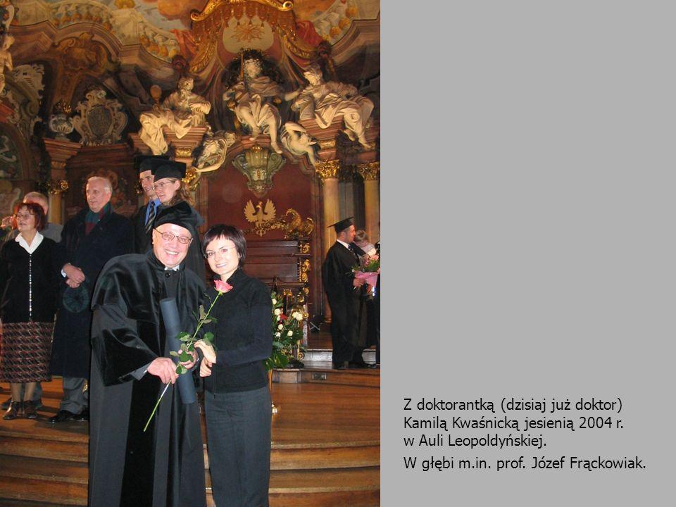 Z doktorantką (dzisiaj już doktor) Kamilą Kwaśnicką jesienią 2004 r. w Auli Leopoldyńskiej. W głębi m.in. prof. Józef Frąckowiak.