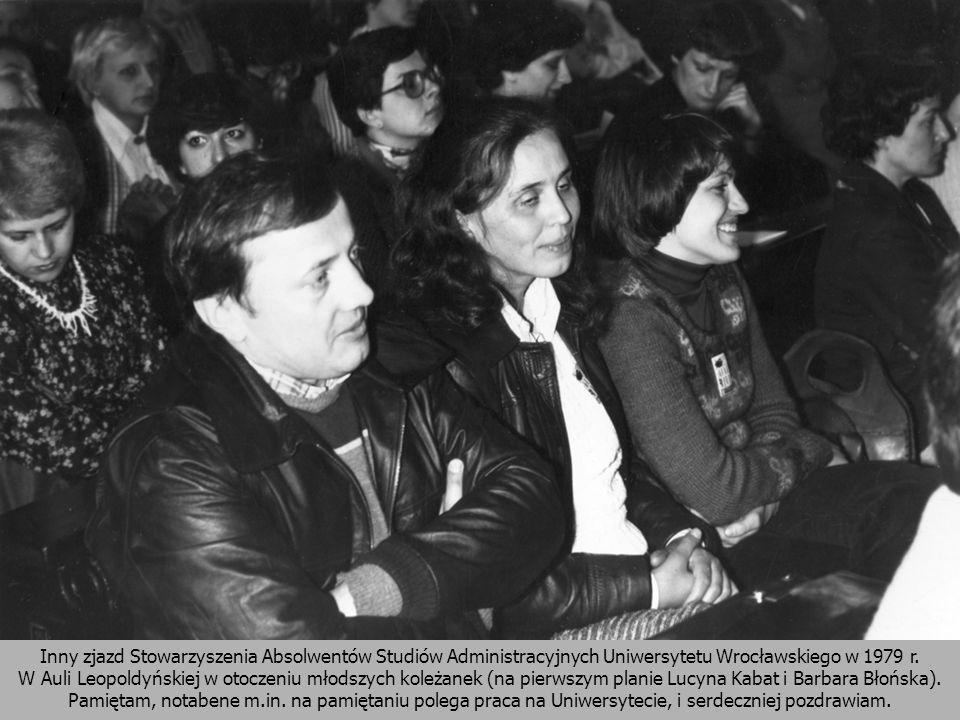Inny zjazd Stowarzyszenia Absolwentów Studiów Administracyjnych Uniwersytetu Wrocławskiego w 1979 r. W Auli Leopoldyńskiej w otoczeniu młodszych koleż