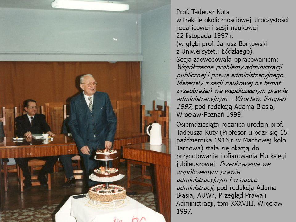 Prof. Tadeusz Kuta w trakcie okolicznościowej uroczystości rocznicowej i sesji naukowej 22 listopada 1997 r. (w głębi prof. Janusz Borkowski z Uniwers