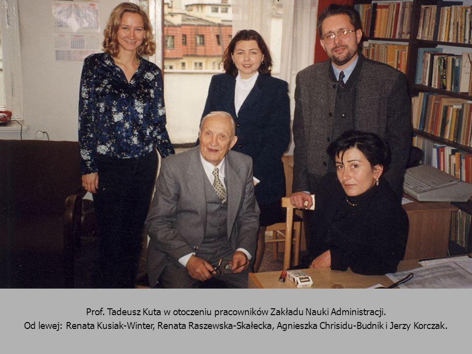 Prof. Tadeusz Kuta w otoczeniu pracowników Zakładu Nauki Administracji. Od lewej: Renata Kusiak-Winter, Renata Raszewska-Skałecka, Agnieszka Chrisidu-