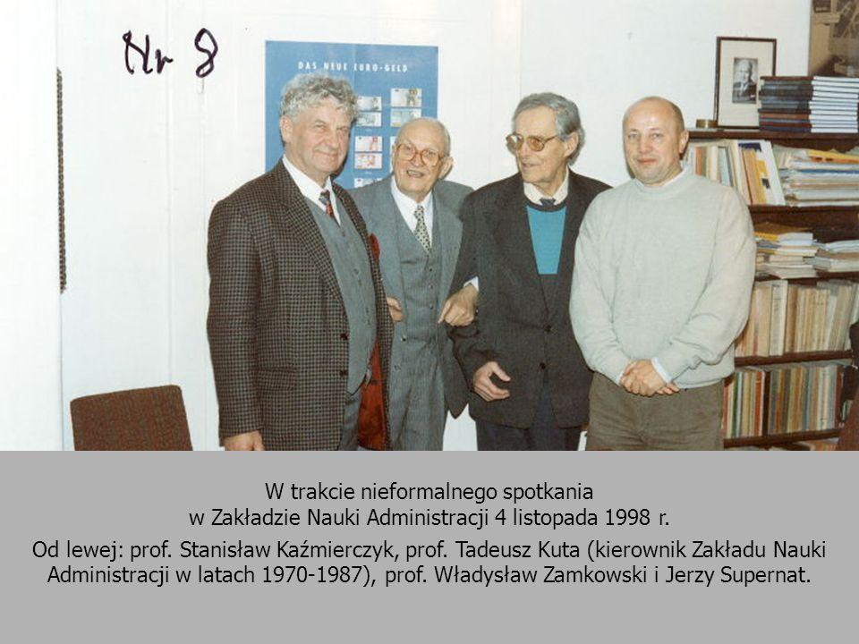 W trakcie nieformalnego spotkania w Zakładzie Nauki Administracji 4 listopada 1998 r. Od lewej: prof. Stanisław Kaźmierczyk, prof. Tadeusz Kuta (kiero