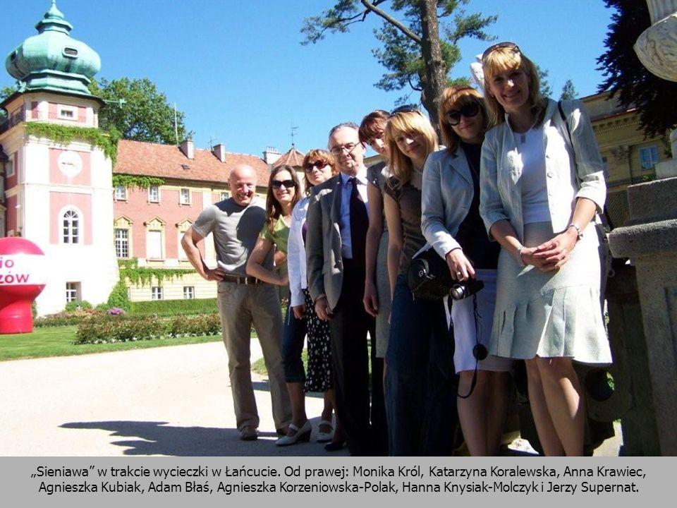 Sieniawa w trakcie wycieczki w Łańcucie. Od prawej: Monika Król, Katarzyna Koralewska, Anna Krawiec, Agnieszka Kubiak, Adam Błaś, Agnieszka Korzeniows