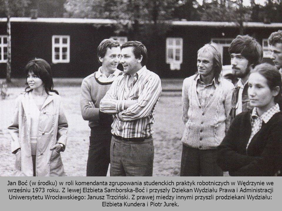 Jan Boć (w środku) w roli komendanta zgrupowania studenckich praktyk robotniczych w Wędrzynie we wrześniu 1973 roku. Z lewej Elżbieta Samborska-Boć i