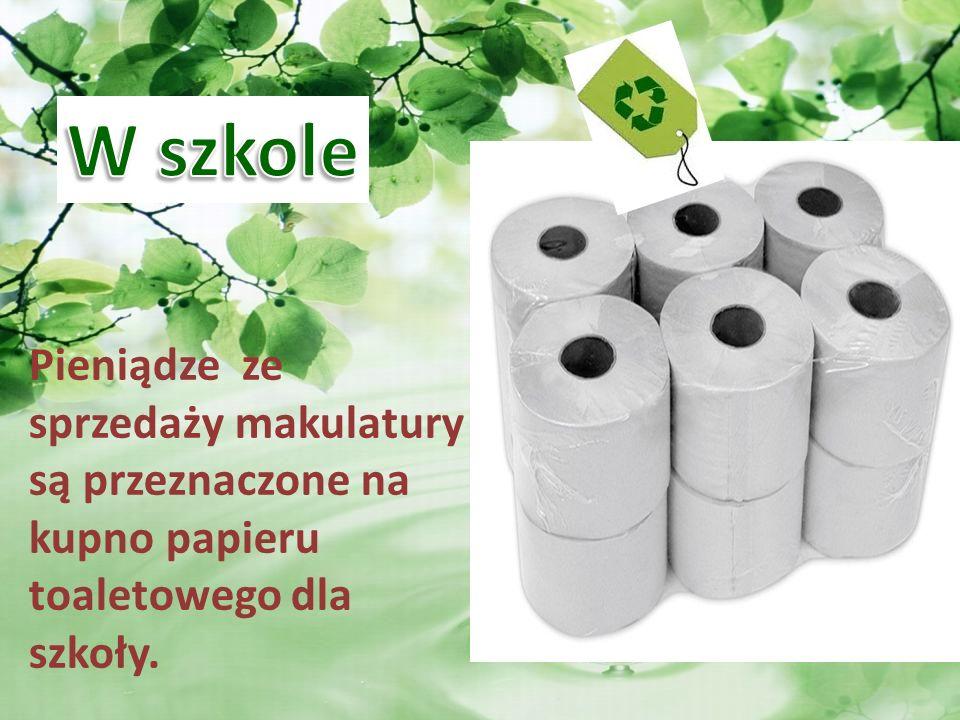 Pieniądze ze sprzedaży makulatury są przeznaczone na kupno papieru toaletowego dla szkoły.