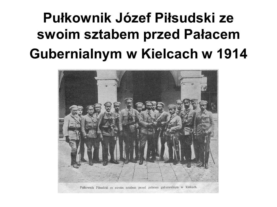 Pułkownik Józef Piłsudski ze swoim sztabem przed Pałacem Gubernialnym w Kielcach w 1914