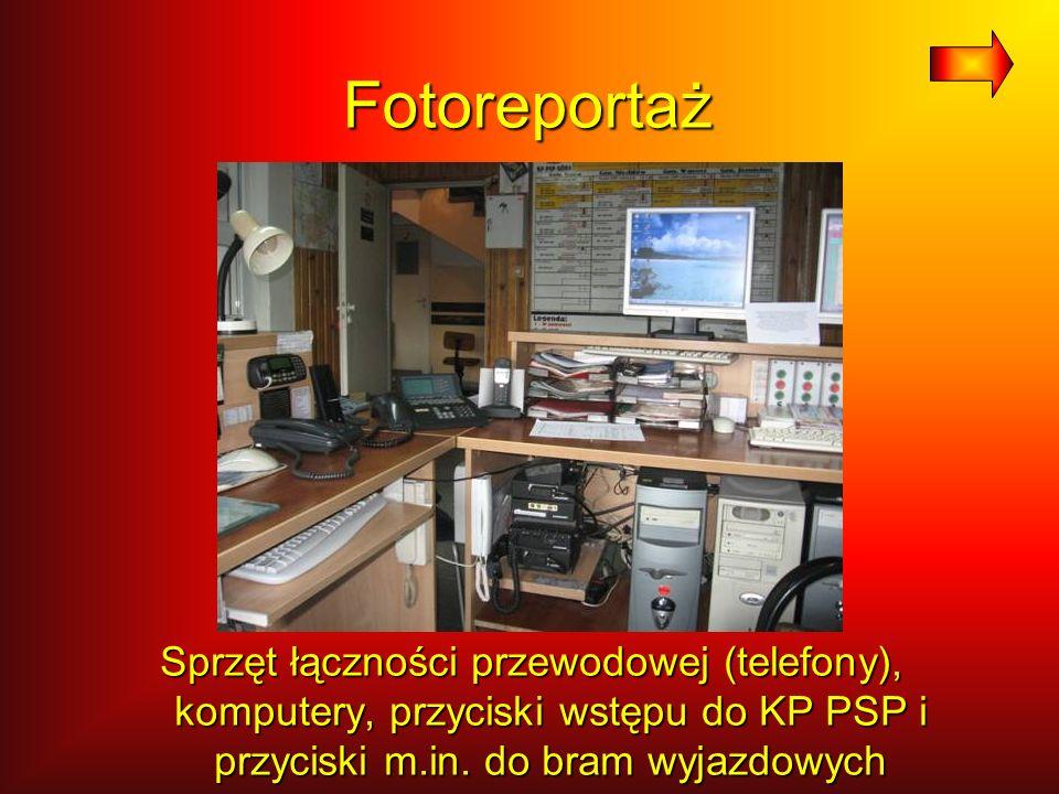 Fotoreportaż Sprzęt łączności przewodowej (telefony), komputery, przyciski wstępu do KP PSP i przyciski m.in. do bram wyjazdowych