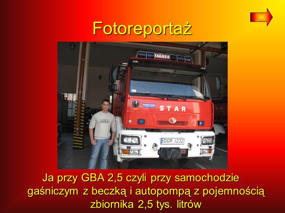 Fotoreportaż Ja przy GBA 2,5 czyli przy samochodzie gaśniczym z beczką i autopompą z pojemnością zbiornika 2,5 tys. litrów