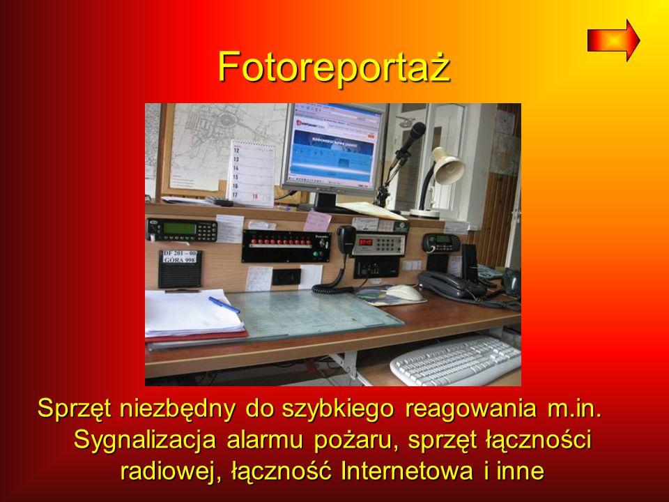 Fotoreportaż Sprzęt łączności przewodowej (telefony), komputery, przyciski wstępu do KP PSP i przyciski m.in.