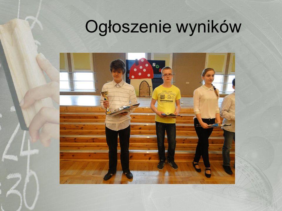 DYREKTOR GIMNAZJUM NR 3 Mariusz Domański wręcza główną nagrodę